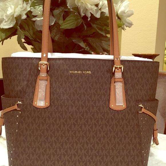 9221ee62af3f Michael Kors VOYAGER East West Signature Tote